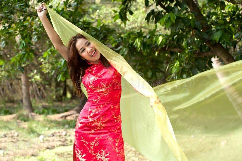 Vrij Aziatische vrouw in traditionele kleding op een vrolijke manier royalty-vrije stock foto's