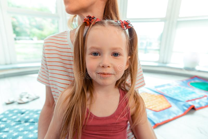 Vrij blauw eyed meisje die aan u glimlachen stock foto's