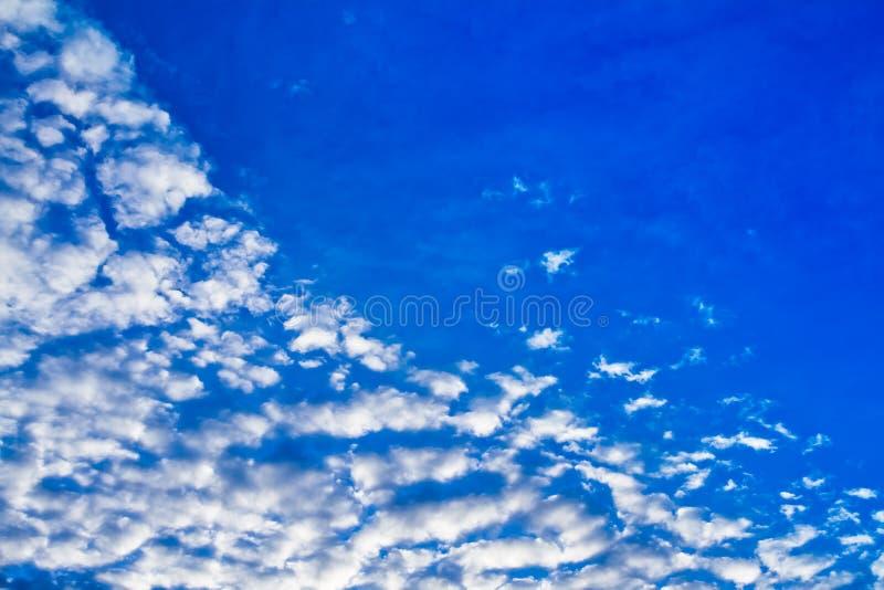 Vrij blauwe gevulde hemel stock foto
