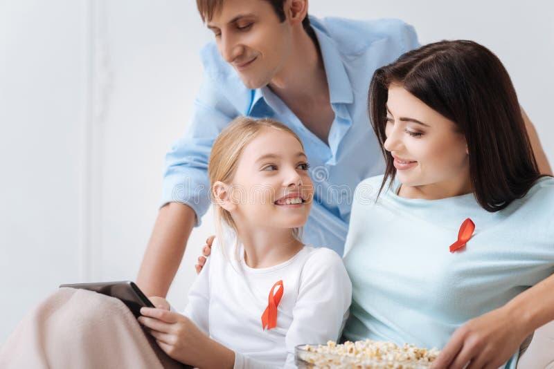 Vrij blij meisje die een tablet houden royalty-vrije stock afbeelding