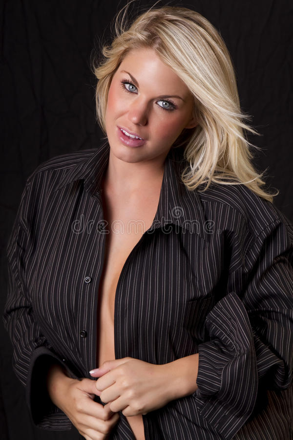 Vrij Blond Meisje dat het Overhemd van Mensen draagt royalty-vrije stock foto