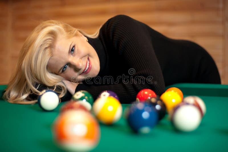 Vrij blond meisje met biljartballen stock afbeeldingen
