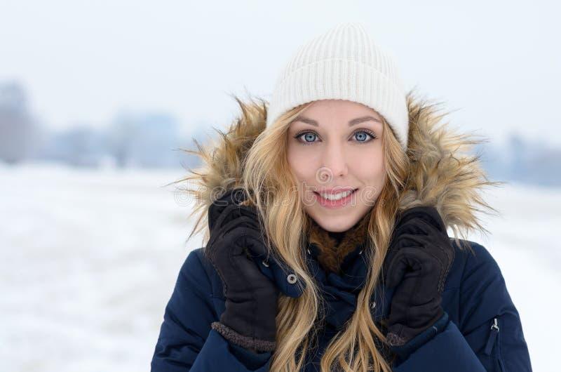 Vrij blonde tiener met een vriendschappelijke glimlach stock afbeelding