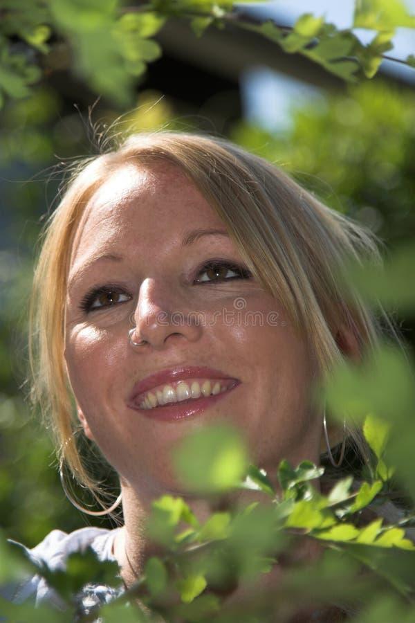 Vrij blonde vrouw in de tuin royalty-vrije stock foto's
