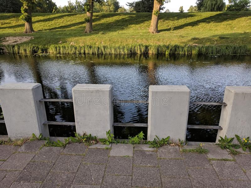 Vrij concrete omheining die het kanaal in Hoofdoprt voeren royalty-vrije stock foto