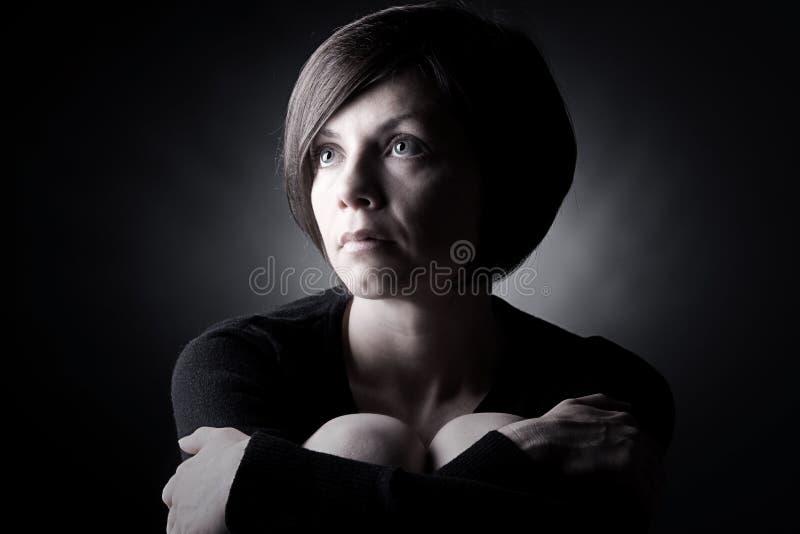 Vrij Donkerbruine Dame Looking Up stock fotografie
