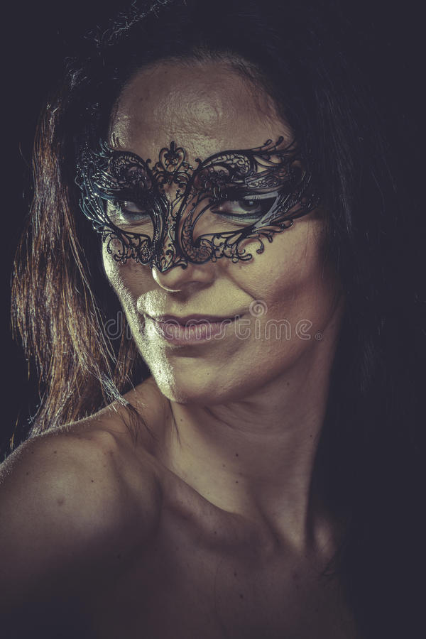 Vrij donkerbruine vrouw in de zwarte franjes van het maskermetaal royalty-vrije stock foto's