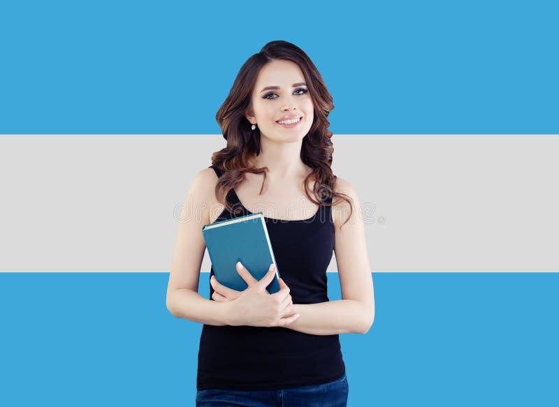 Vrij donkerbruine vrouw met de Argentijnse vlag royalty-vrije stock fotografie