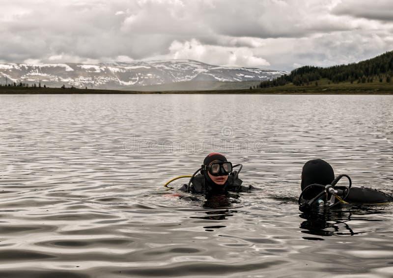 Vrij duiken in een bergmeer, het praktizeren technieken voor noodsituatieredders onderdompeling in koud water royalty-vrije stock fotografie