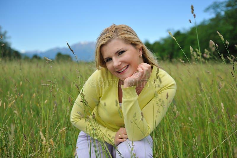 Vrij gezonde de zomervrouw in openlucht royalty-vrije stock foto