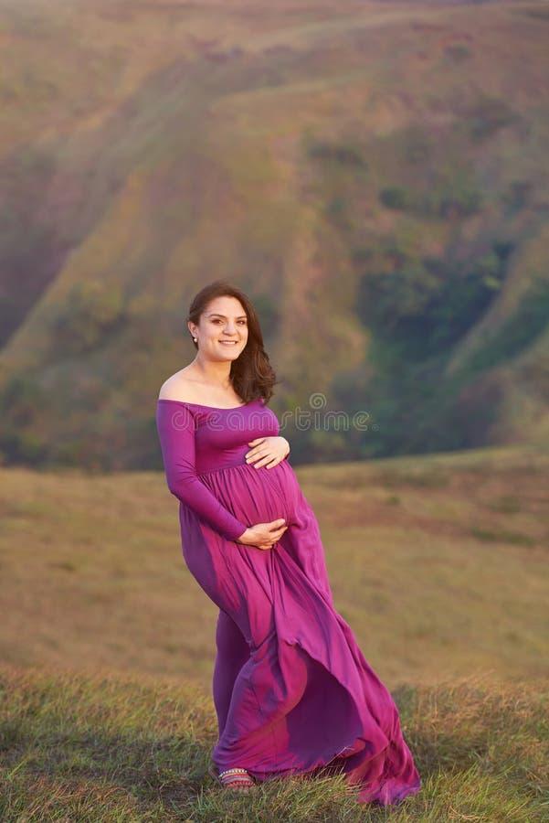 Vrij glimlachende zwangere vrouw stock afbeelding