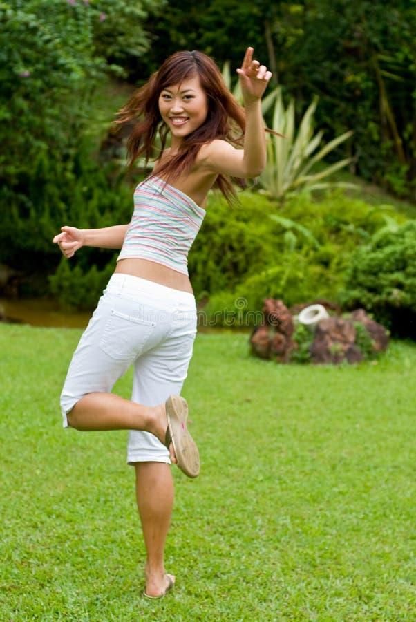 Vrij het Aziatische meisje dansen stock foto