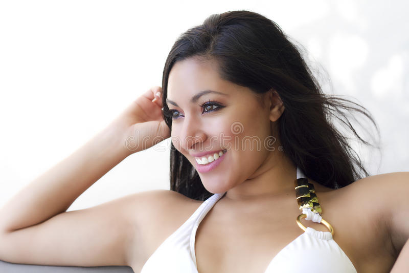 Vrij het donkerbruine vrouw glimlachen stock afbeelding