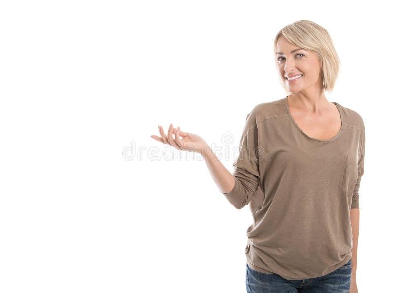 Vrij het geïsoleerde oudere vrouw voorstellen met overhandigt wit stock foto