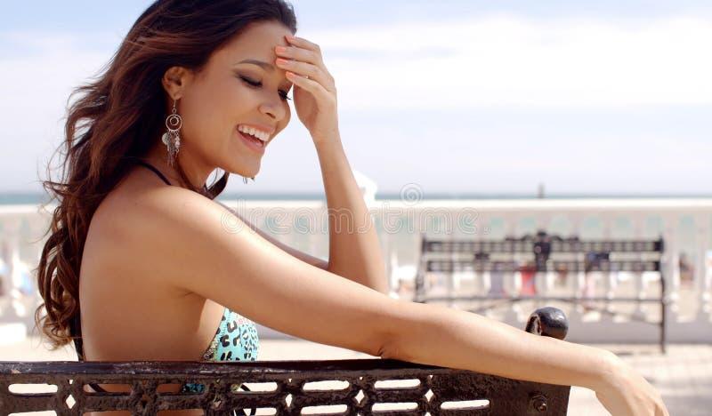 Vrij het gelukkige jonge vrouw ontspannen bij de kust royalty-vrije stock afbeeldingen