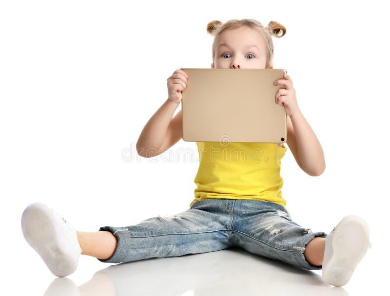 Download Vrij Het Glimlachen De Jonge Huid Van Het Meisjesjonge Geitje Achter Het Gadget Van Het Tabletstootkussen Stock Foto - Afbeelding bestaande uit baby, computer: 107700088