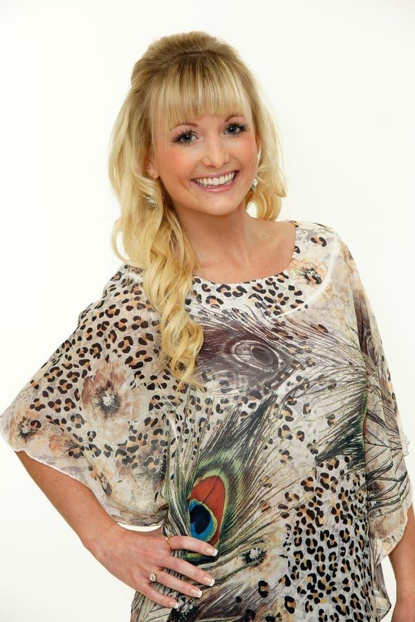 Vrij het glimlachen het jonge blonde vrouw stellen in studio stock afbeelding