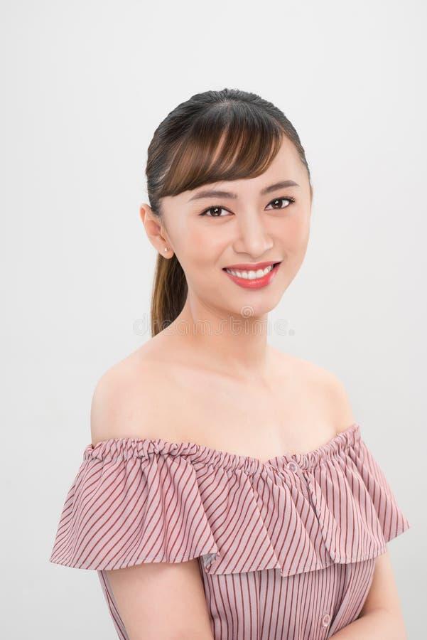 Vrij het glimlachen van vreugdevol Aziatisch tienerwijfje kleedde zich terloops, kijkend met tevredenheid bij camera royalty-vrije stock afbeeldingen