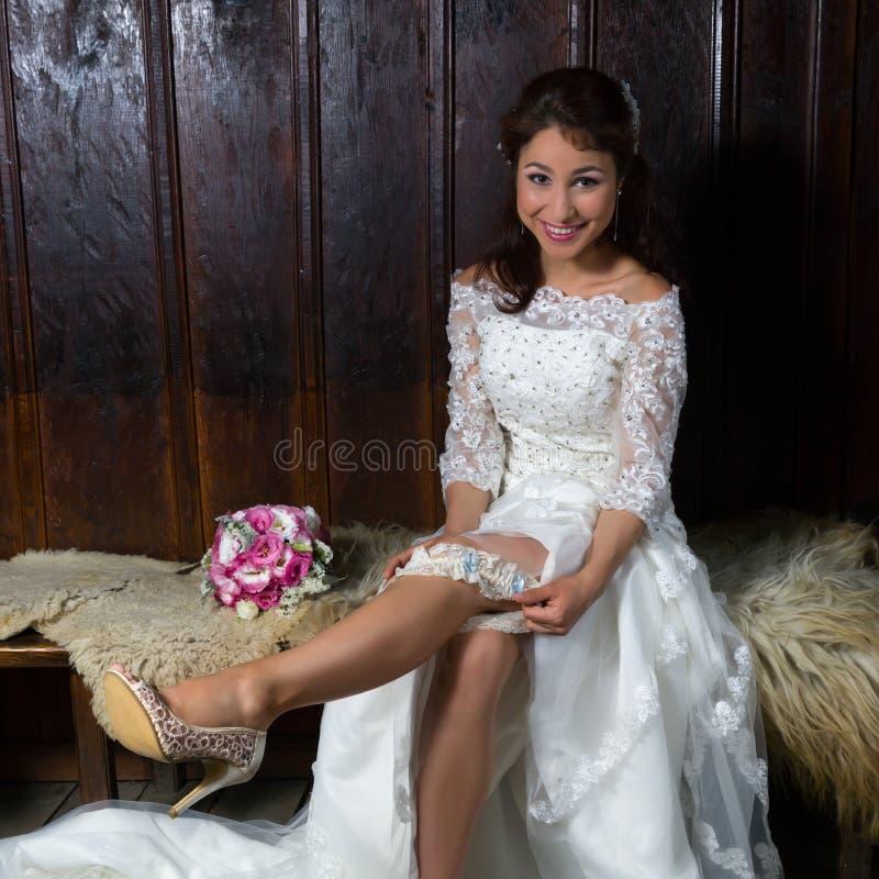 Vrij het jonge bruid spelen met haar kouseband royalty-vrije stock fotografie