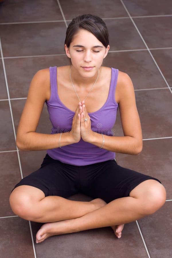 Vrij het jonge vrouw mediteren stock fotografie
