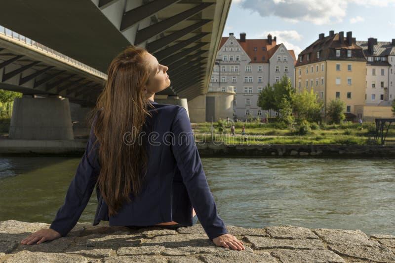 Vrij het jonge vrouw ontspannen bij stedelijke rivieroever royalty-vrije stock afbeeldingen