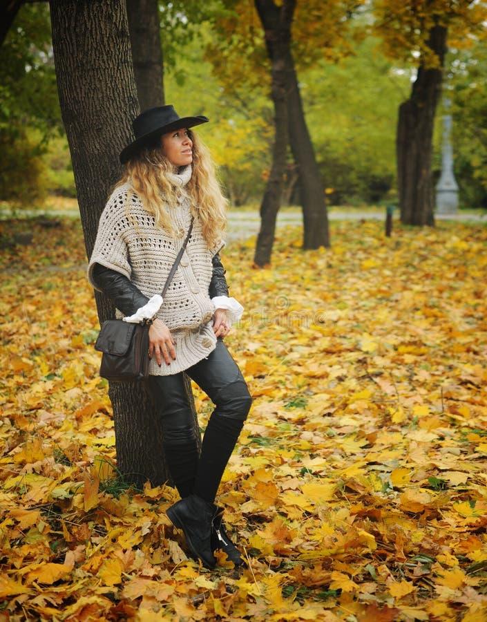 Vrij het jonge vrouw stellen in de herfstpark stock foto's