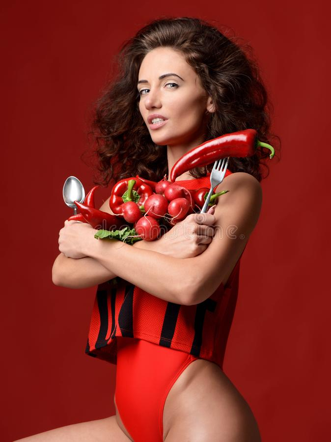 Vrij het jonge vrouw stellen met verse rode van de de Spaanse peperpeper van de groentenradijs van de de bladerensla groene de pe royalty-vrije stock foto