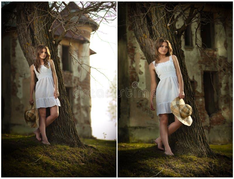 Vrij het jonge vrouw stellen voor het landbouwbedrijf. Zeer aantrekkelijk blondemeisje die met witte korte kleding een hoed houden stock foto
