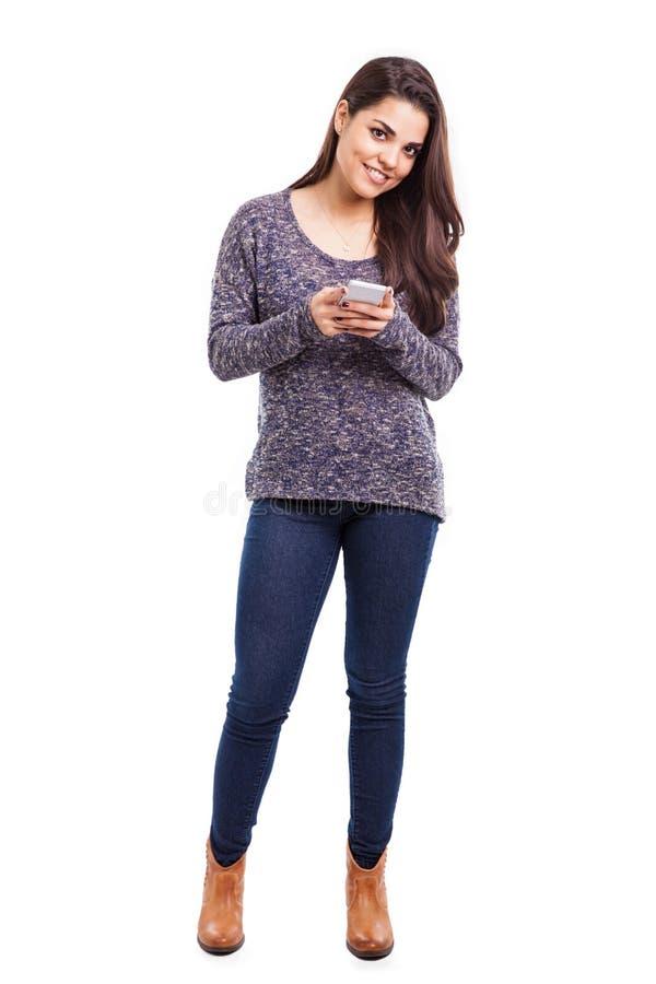Vrij het Latijnse meisje texting royalty-vrije stock foto
