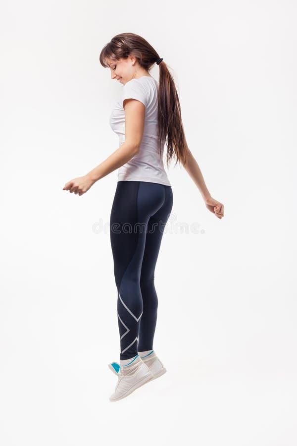 Vrij het moderne vrouw springende dansen geïsoleerd op een witte studioachtergrond royalty-vrije stock afbeeldingen