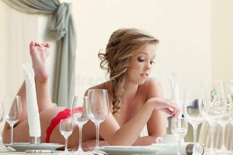 Vrij het topless model stellen met wijnglazen stock afbeeldingen