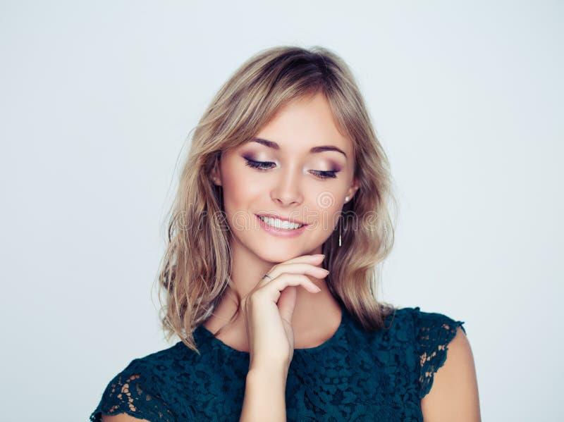 Vrij het vrouwelijke model glimlachen Jong gezicht stock afbeelding