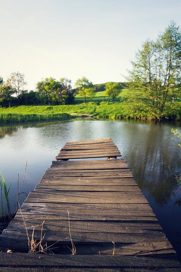 Vrij houten pijler bij vijver tijdens zonsondergang, kleurrijke de zomerdag, het nieuwe concept van de het levensverandering, nie royalty-vrije stock afbeelding
