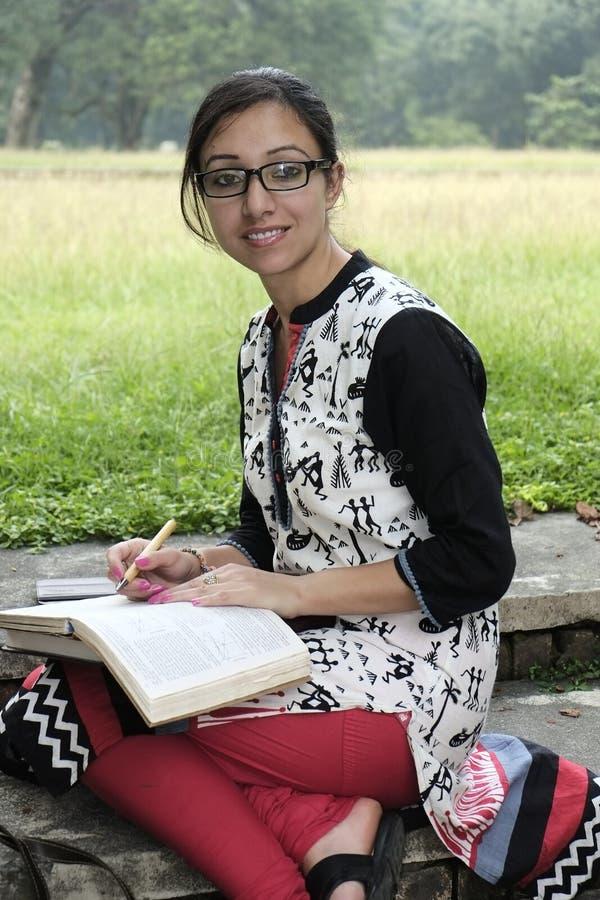Vrij Indische student die in universiteitscampus bestuderen die Indisch kledij/kostuum dragen royalty-vrije stock afbeeldingen
