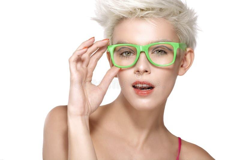 Vrij jong blond model die koele oogglazen dragen stock afbeelding