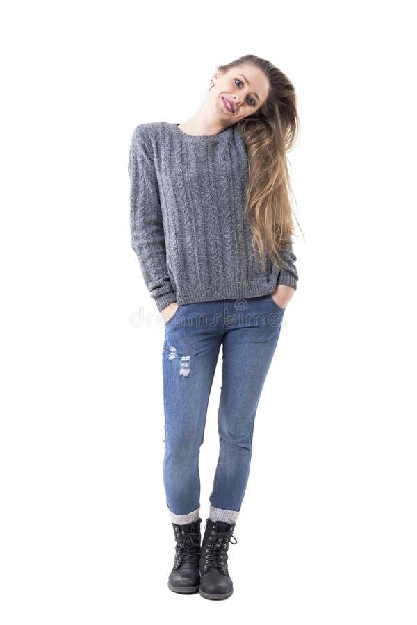 Vrij jong blonde cutie meisje met lang haar die sweaterverbindingsdraad het stellen met gebogen hoofd dragen royalty-vrije stock foto