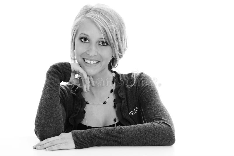 Vrij jong blonde vrouwelijke dame geïsoleerde b/w op witte achtergrond stock afbeeldingen
