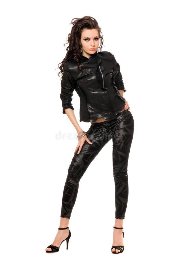 Vrij jong brunette in zwarte kleren. Geïsoleerd stock afbeelding