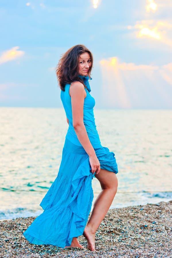 Vrij jong meisje op het strand stock fotografie