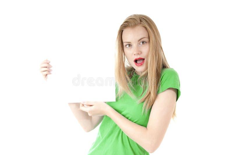 Vrij jong meisje die leeg leeg document teken voor tekst tonen. Leuk stock afbeelding