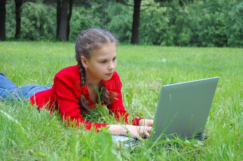 Vrij jong meisje met moderne laptop stock foto's