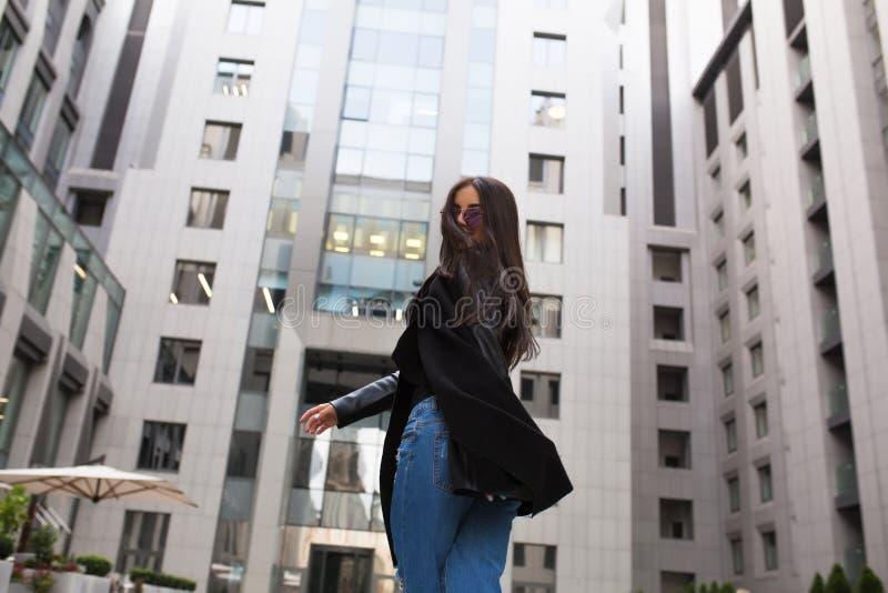 Vrij jong model met haar die in de wind blazen die bij lopen royalty-vrije stock afbeelding