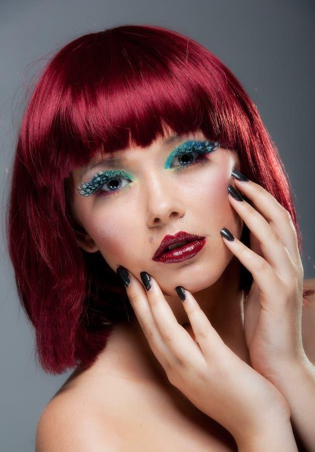 Vrij jong wijfje met kastanjebruine haar en make-up stock afbeelding