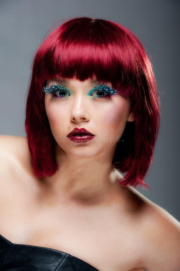 Vrij jong wijfje met kastanjebruine haar en make-up stock fotografie
