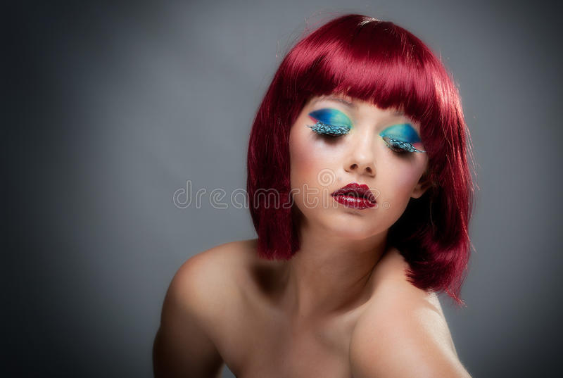 Vrij jong wijfje met kastanjebruine haar en make-up royalty-vrije stock foto's