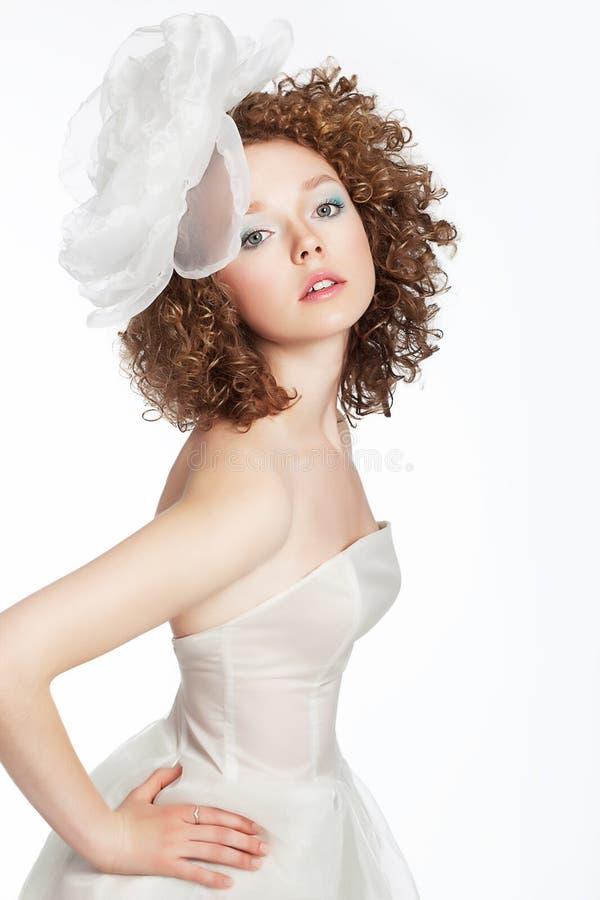 Vrij jong wijfje met krullend haar, boogportret stock foto's