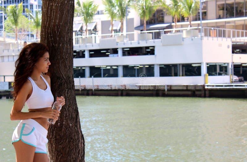 Vrij jonge agent die een onderbreking nemen dichtbij de rand van het water stock fotografie
