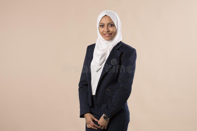 Vrij jonge Arabische moslim bedrijfsdievrouw op studio wordt geïsoleerd backround stock afbeelding