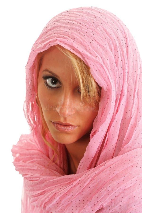 Vrij jonge blonde vrouwelijke dame in roze die burka op witte achtergrond wordt geïsoleerd royalty-vrije stock foto's