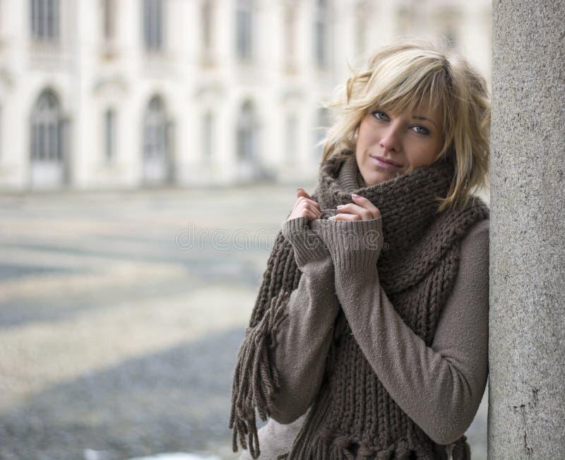 Vrij jonge blondevrouw in openlucht, dragend wolsjaal en sweater royalty-vrije stock afbeeldingen
